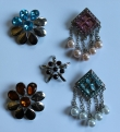 5 broches met strass en parels