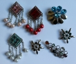 7 broches met strass en parels