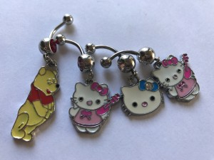 Partij van 4 piercings met emaille hanger,winnie the poeh & Hello Kitty